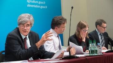 Stéphane Le Foll présentant le projet de loi de finances de 2015 avec sa gauche, Philippe Manguin, son directeur de cabinet.