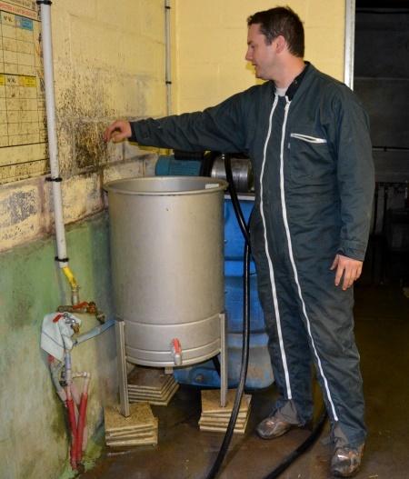 Cette cuve inox avecmélangeur de poudre peut aussi être installé sur roulettes.L'idéal est de placer le robinet d'eau chaude au-dessus de la cuve.