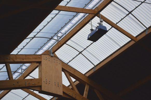 12% de la surface de la toiture est translucide, complétée par des lampes qui garantissent 16 heure de lummière pour stimuler la production laitière.