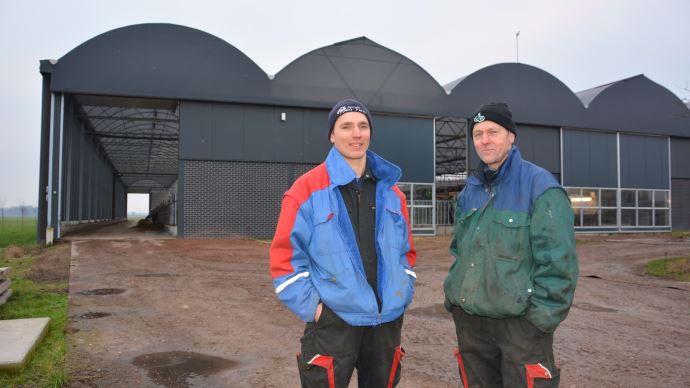 Evert et Wymand De Wit apprécient leur nouvel outil de travail sorti de terre après six mois, bien que le montage de la structure par ID Agro n'ait duré que quelques jours. Le terrassement et les bétons des fosses caillebotis ont représenté le premier poste de dépenses.