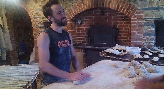 Aurélien Orain dans le fournil qui produit à ce jour 300 kilos de pain par semaine.