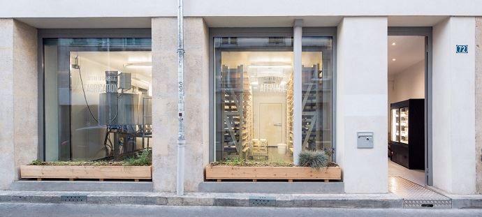 C'est au rez-de-chaussée d'un immeuble du 18e arrondissement de Paris que la Laiterie La Chapelle a pris ses quartiers. Grâce aux grandes vitrines, les passants peuvent assiter à la transformation (à gauche) et à l'affinage des fromages (à droite).