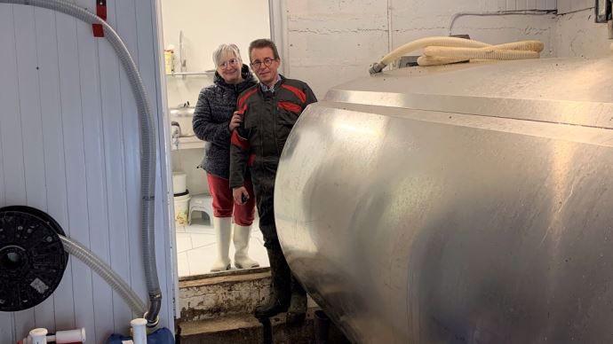 Stéphanie Rivet et Dominique Vigreux devant leur atelier de transformation à la ferme