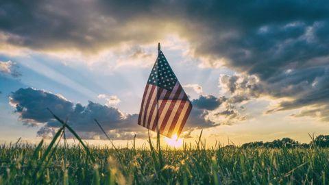 Drapeau américain dans un champ