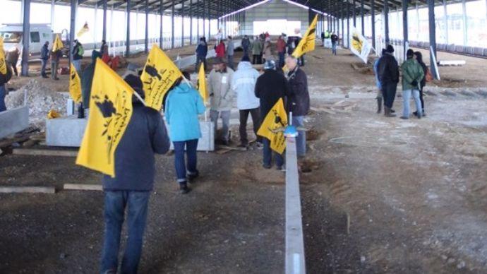 miliants de la Confédération paysanne sur le site de la ferme de 1.000 vaches