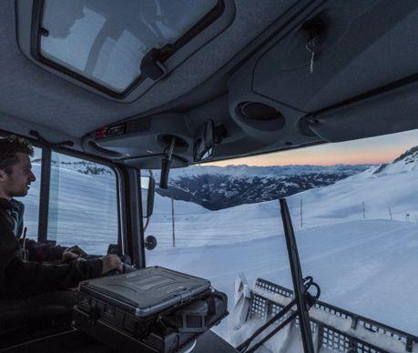 Guillaume Piodella, originaire de Saint-Gervais-les-Bains réalise sa première saison de damage sur le domaine skiable de Flaine.