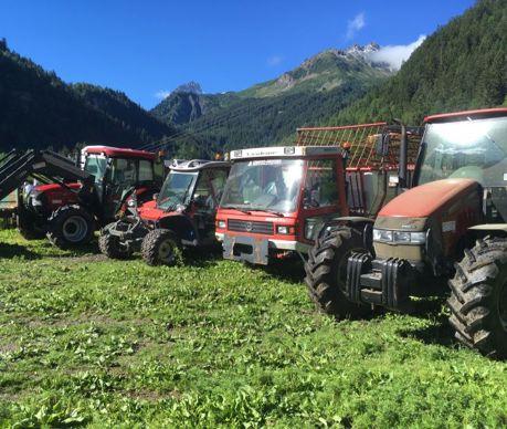 La ferme sur laquelle travaille Guillaume Piodella durant l'été possède deux tracteurs standard ainsi que deux machines spécialisées pour les travaux en pente.