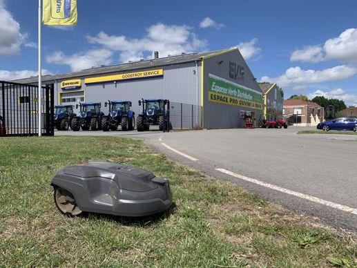 EV 10 Pro vend et installe une centaine de robots de tonte chaque année.