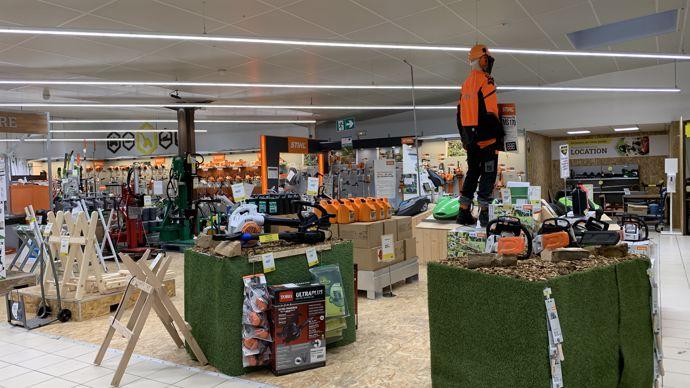Aux Ponts-de-Cé, le magasin valorise la marque Stihl, les magasins intégrés, en fonction des localisations peuvent aussi distribuer Husqvarna et Echo.