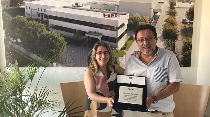 Antoine Narvaez reçoit la plaque de remerciements de Ferri des mains de Federica Ambrosi, responsable exportation du constructeur.