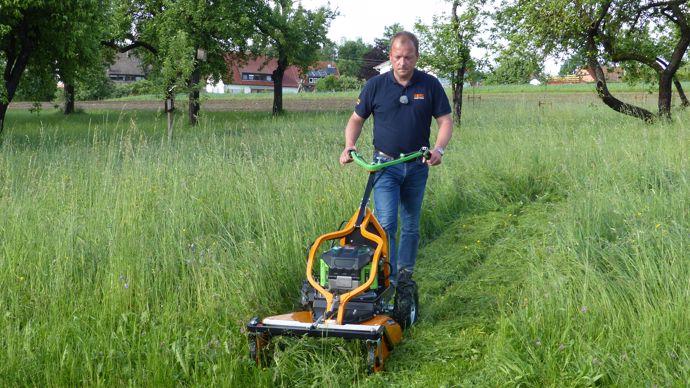 Les tondeuses-débroussailleuses permettent d'entretenir des terrains avec une herbe haute et dense jusqu'à 80 cm comme ici sur les photos (un très gros orage s'était produit quelques heures plus tôt). Le moteur électrique et les batteries permettent aussi le travail en pente.