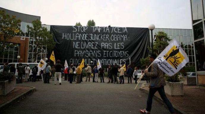 Devant le siège de Cargill, la centaine de militants de la Confédération paysanne mobilisés.