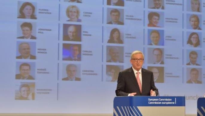 Jean-Claude Juncker, président de la Commission européenne devant un organigramme des commissaires.