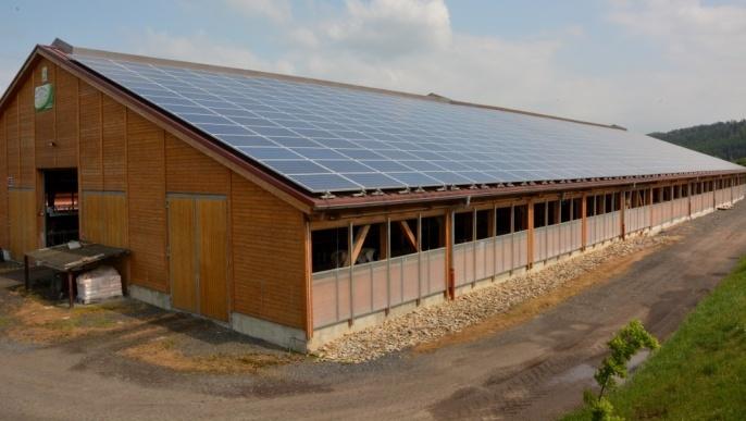 En Allemagne, bâtiment d'élevage couvert de panneaux photovolataïques. La vente d'électricité constitue une recette supplémentaire pour amortir le coût de la construction de l'édifice.