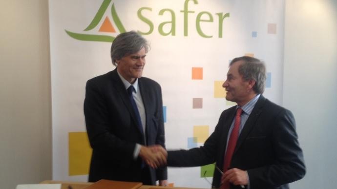 Stéphane Le Foll et Emmanuel Hyest, lors de la signature du Pacte d'avenir des Safer, jeudi 12 mars 2015.