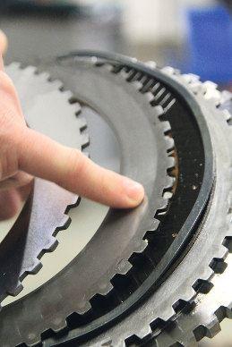 Sur les disques d'embrayage de l'inverseur, on observe une usure normale et uniforme.