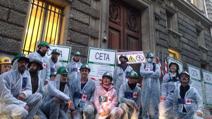 Les militants ont entamé la démolition symbolique du ministère de l'agriculture.