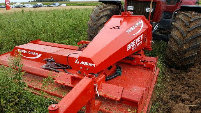 Un seul passage pour détruire le couvert et labourer avec des tracteurs simple.