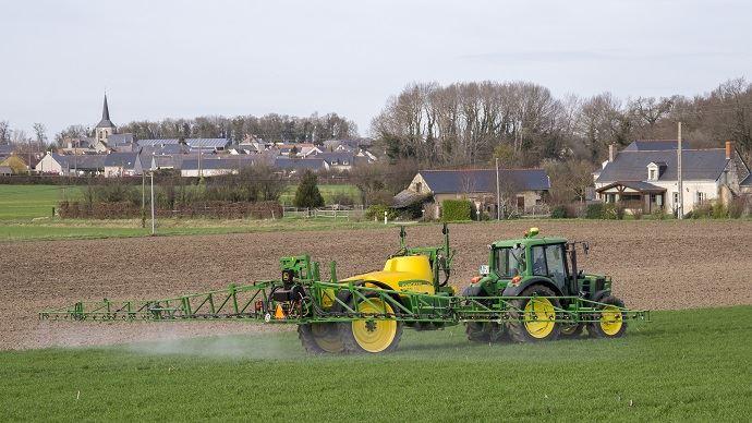 A Ruelle-sur-Touvre, le maire a décidé d'interdire l'épandage de produits phytosanitaires à moins de 50 mètres de toute habitation de sa commune..