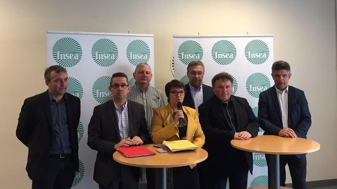 Une partie du nouveau bureau de la FNSEA: Christiane Lambert, la nouvelle présidente est entourée de Patrick Benezit, Jérôme Despey, Henri Brichart, Eric Thiroin, Daniel Prieur et Henri Biès-Péré.