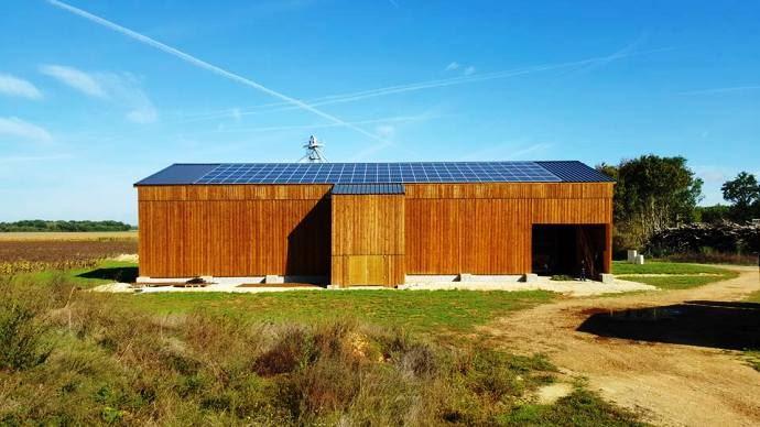 Suite à des problèmes de séchage du foin extérieur, la SCEA feuillages (86) s'est tournée vers le séchage solaire en grange