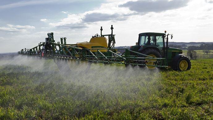 Un agriculteur détruit un couvert végétal avec du glyphosate