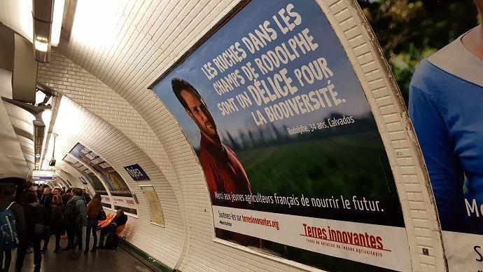 Affiche des jeunes agriculteurs dans le métro parisien pendant le salon de l'agriculture 2017