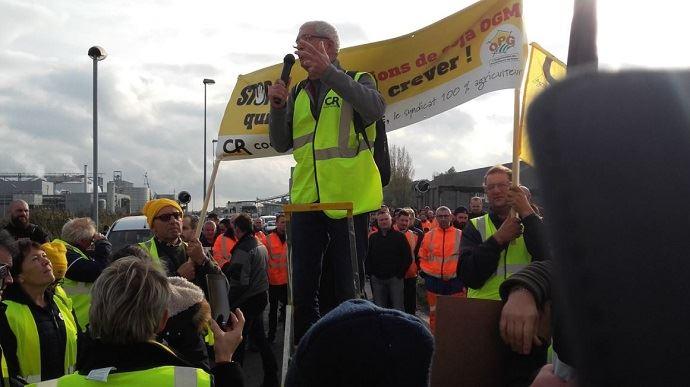 Des dizaines d'agriculteurs de la Coordination rurale, dont leur président, Bernard Lannes, manifestaient sur le port de Lorient pour dénoncer les importations de soja OGM, en détournant le slogan #balancetonport.