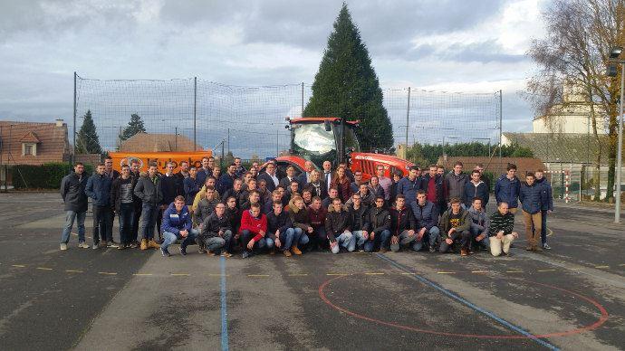 Le Tracteur Offert par Kubota et les élèves de l'Institut Saint Eloi