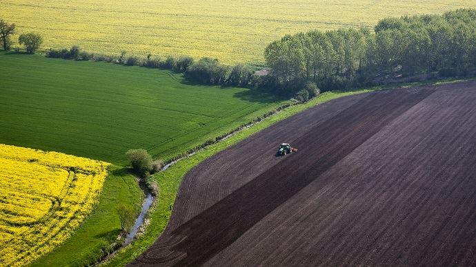 La valeur des terres arables en France se situe dans la fourchette basse du prix des terres observé en Europe, devant la plupart des pays de l'Est, mais loin derrière l'Allemagne, l'Italie ou les Pays-Bas.