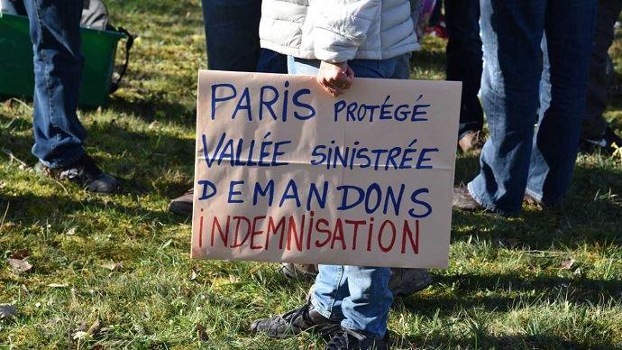 Les agriculteurs dénoncent l'inondation de leurs champs pour protéger Paris.