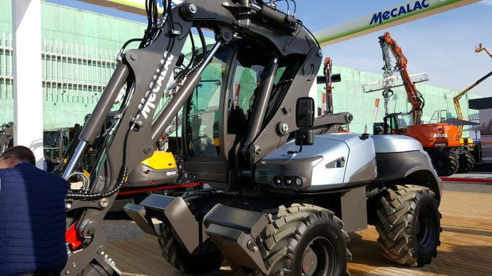Mecalac e12, le premier tractopelle au monde 100% électrique, comme cela commence aussi en tracteurs agricoles.