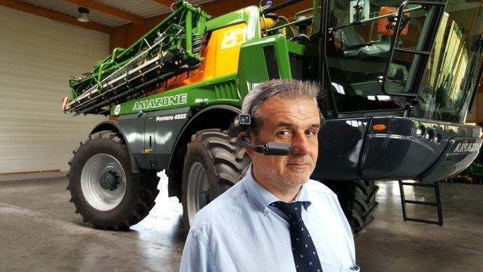 Christophe Sanséau, le directeur technique d'Amazone en France avec sa paire de lunette connectée