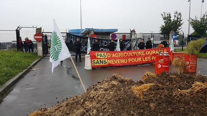 Sur le port de Gennevilliers, environ 60 agriculteurs franciliens des réseaux FNSEA et Jeunes agriculteurs bloquent, depuis lundi 11 juin à 3h, le dépôt de carburant du groupe Total.