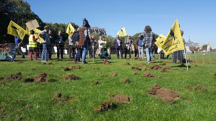 Des agriculteurs de la Confédération paysanne ont manifesté, sur les pelouses des Invalides, à Paris, pour dénoncer l'inaction de l'Etat et le manque de moyens pour lutter contre la prolifération des sangliers, qui causent d'importants dégâts sur les cultures.