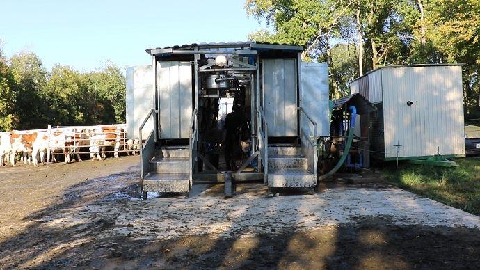 Trois dalles bétonnées permettent de poser la salle de traite dans les champs les plus éloignés de l'exploitation et de canaliser les vaches dans une aire d'attente sans qu'elle ne piétinne trop la parcelle.