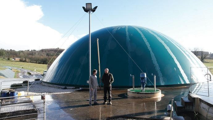 Quentin Laurent, ingénieur projets méthanisation de la Chambre d'agriculture 24 à gauche et Benoît Ramière, éleveur à la Scea du Barry, à droite sur le site du méthaniseur.
