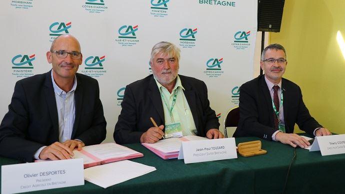 Olivier Desportes, président dy CA Bretagne, Jean-Paul Touzard président de la Safer Bretagne et Thierry Coutellier directeur Safer Bretagne ont signé une convention de portage du foncier lors du Space 2018.