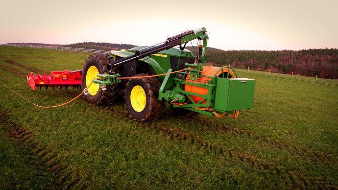 John Deere GridCon, le tracteur avec un fils électrique pour le brancher sur le réseau EDF