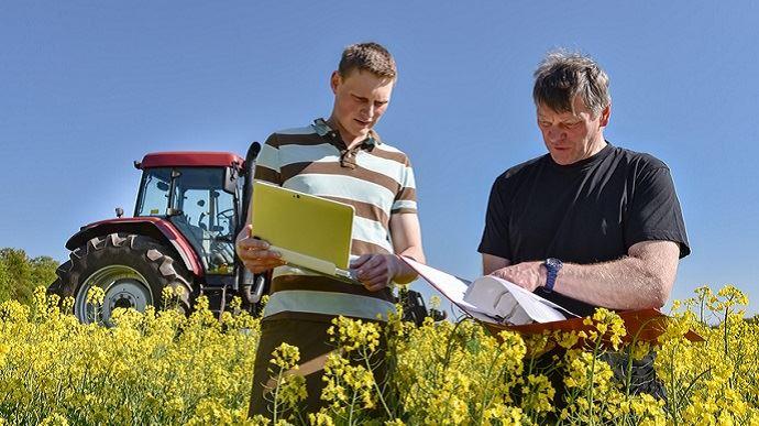 agriculteur avec un jeune stagiaire ou apprenti