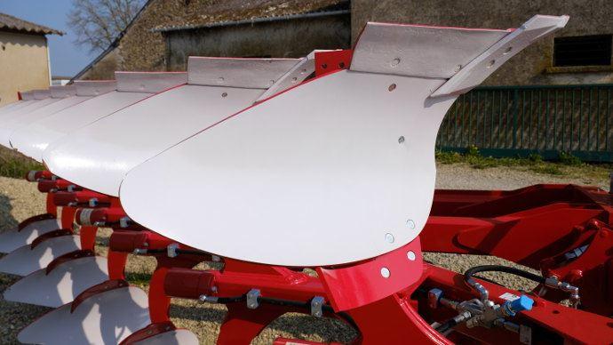 Négo Cérémat a vendu une dizaine de charrues déchaumeuses de la marque espagnole Ovlac, dont la forme particulière des versoirs a été brevetée.