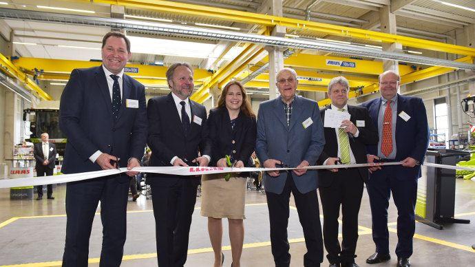 Le ruban d'inauguration a été coupé par (de gauche à droite) : Jan-Hendrik Mohr, Dr. Patrick Claas, Cathrina Claas-Mühlhäuser, Reinhold Claas, Oliver Westphal et Volker Claas.