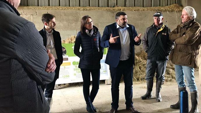 L'ancien syndicaliste JA Jérémy Decerle, désormais candidat aux Européennes sur la liste Renaissance, était en visite d'un élevage marnais le 4 mai dernier.