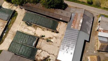 Robot, panneaux solaires, logettes: Étienne nous fait visiter sa stabulation 4*