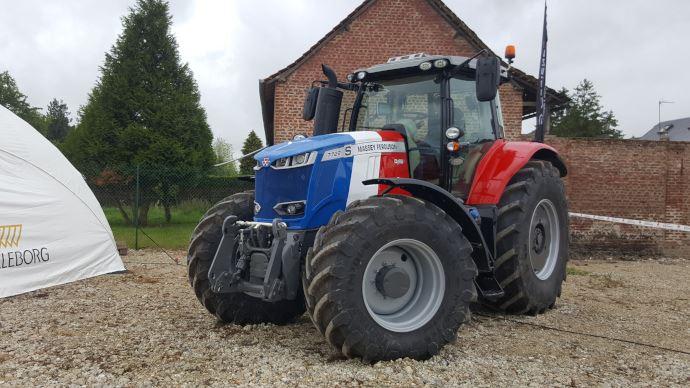 Tracteur Massey Ferguson aux couleurs de la France