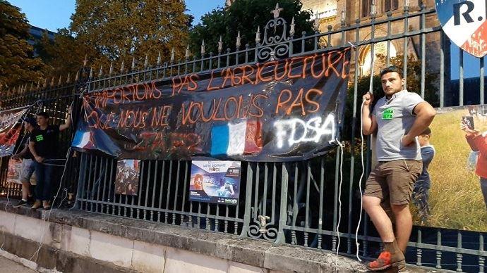 Comme devant une majorité de préfectures françaises, les agriculteurs de la FDSEA et de JA de la Sarthe ont manifesté devant celle du Mans.