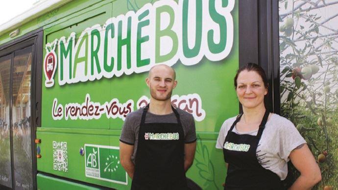 les deux chauffeurs vendeurs du marche bus de produits bio alsaciens