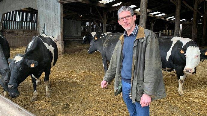 Etienne Perin et ses vaches laitières à Maisoncelle (Pas-de-Calais)