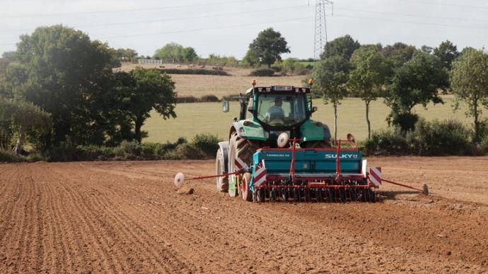Semis de prairie sur sol roulé après un labour