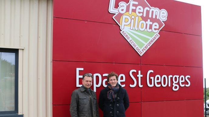 Philippe Leclercq et Maximilien Carré, devant la Ferme pilote en agro-écologie performante
